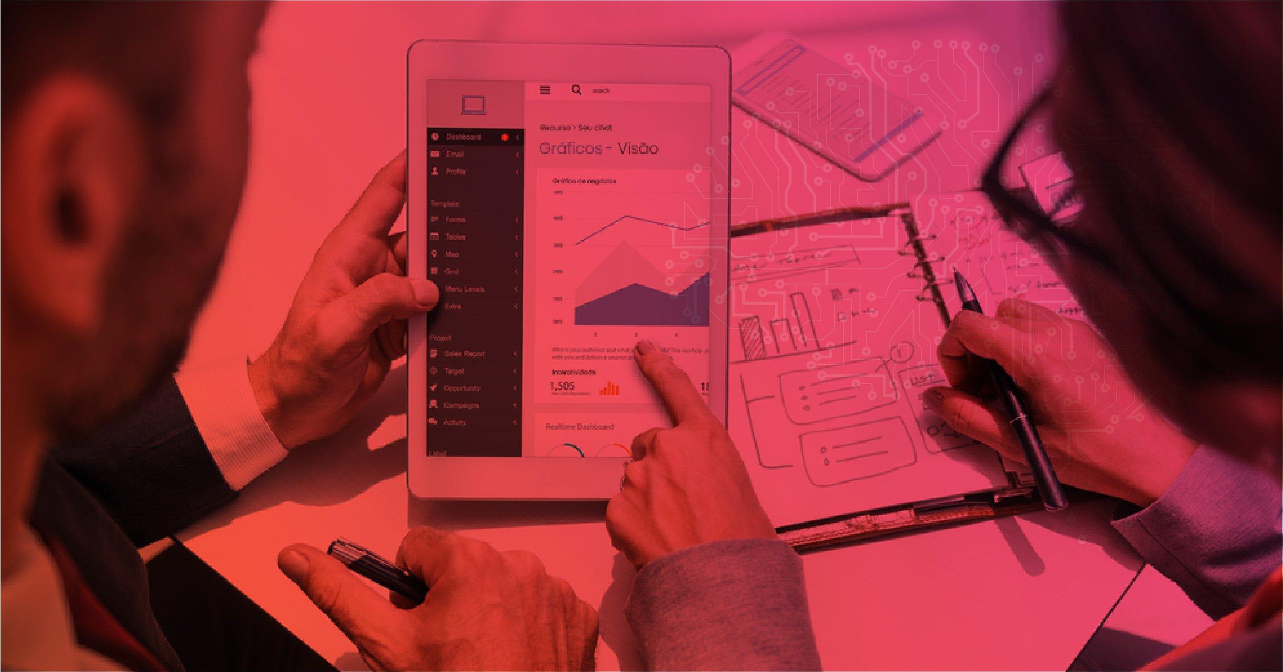 Duas pessoas com tablets e papéis discutindo estratégias de Insight Analytics