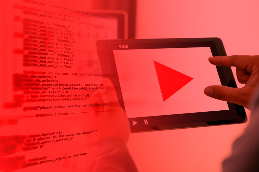 Mão segurando um tablet reproduzindo conteúdo de Audio Marketing