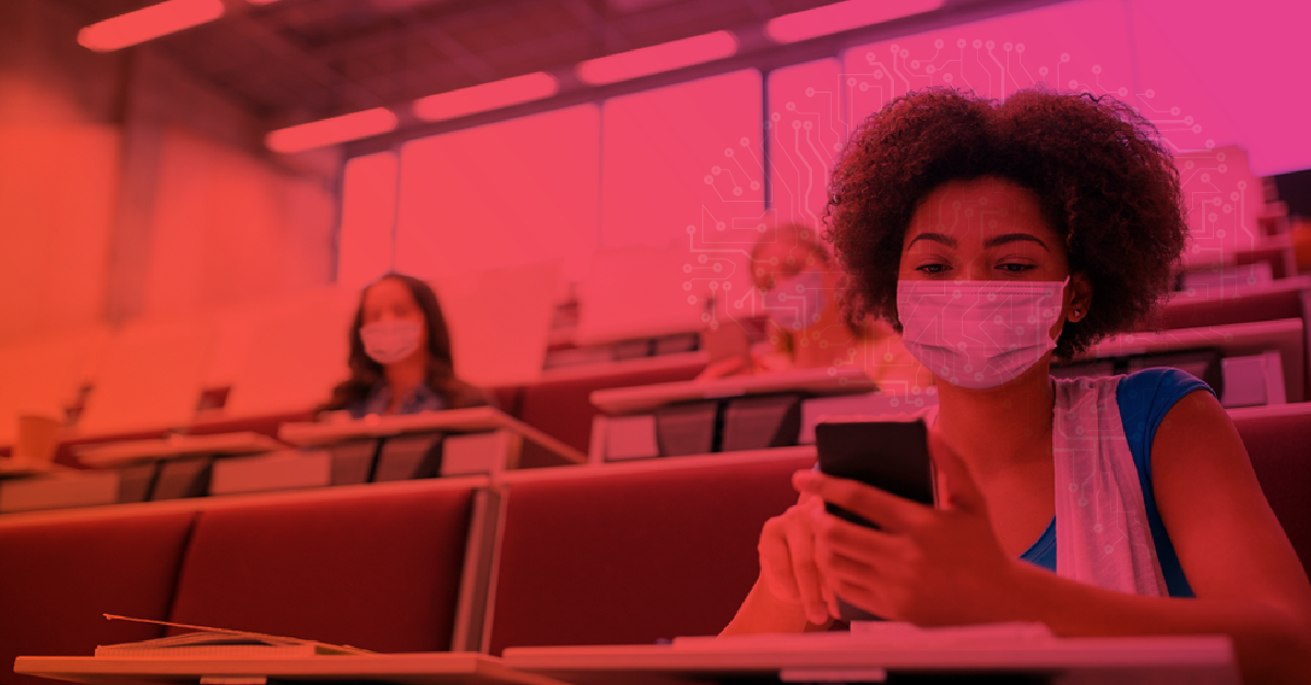 Alunos dentro de sala de aula, com máscara, durante pandemia