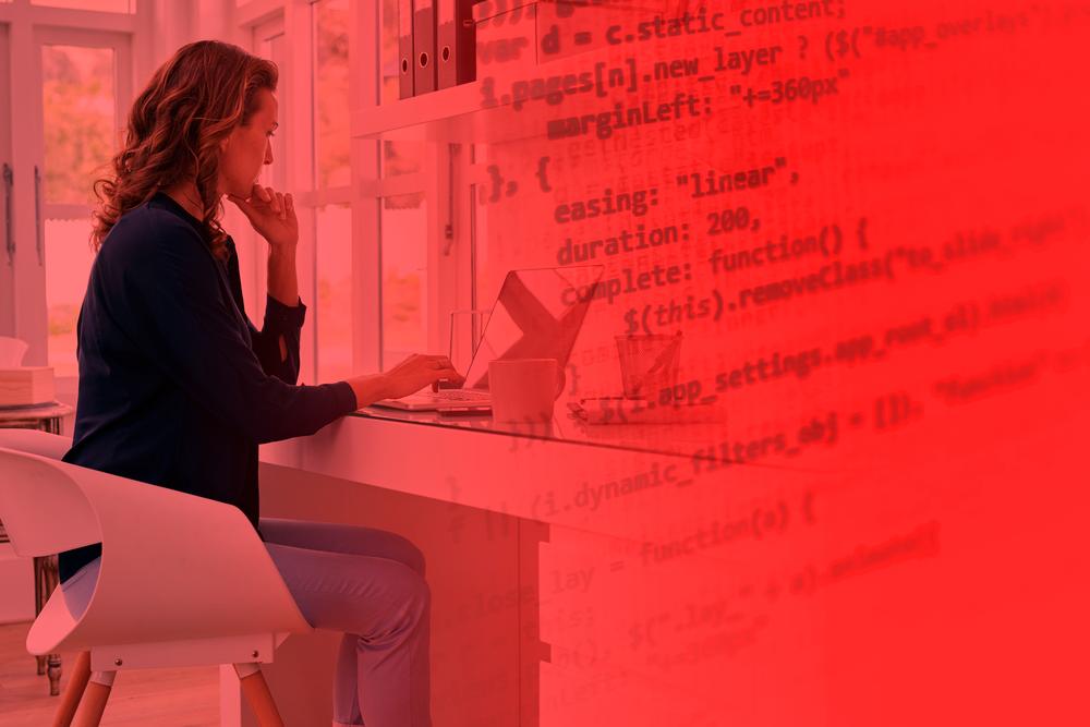 Mulher buscando como gerenciar uma equipe remotamente, através de home office